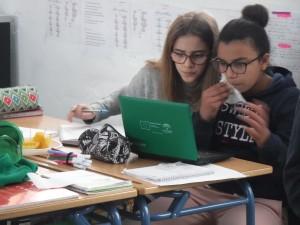 52. Nour y Lucía trabajando con portatil y comiendo fruta (1) copia