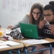 7.4.3.2. Nour y Lucía trabajando con portatil y comiendo fruta (1) copia 2